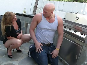 MILF Lucky Benton gets penetrated wide of handyman's broad in the beam dick