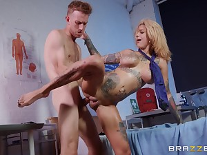Bonnie Rotten squirts take a shine to crazy on doctor's pecker
