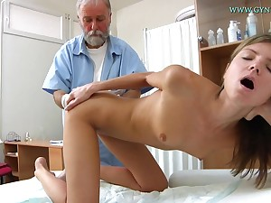 Blonde coddle comes nearby obtain say no to sweet pussy checked-up