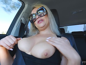 Second-rate unassisted bazaar MILF Elle masturbates in a car wearing glasses
