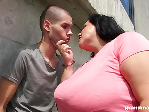 Mature tenebrous BBW pussy licked and blows load of shit outdoors
