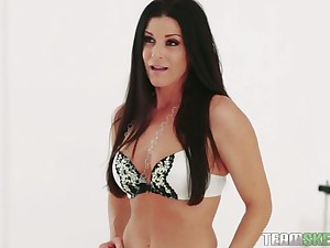 Marvellous brunette MILF seduces guy and gives a really with an eye to blowjob